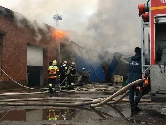 Крупный автосервис горит во Фрунзенском районе Петербурга