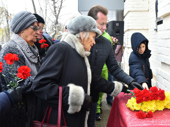 В Металлургическом районе увековечили память поэта Вячеслава Богданова