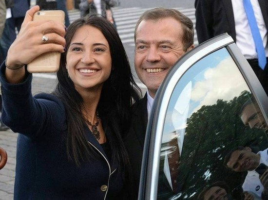 Медведев: Россия на 5-м месте в мире по числу владельцев смартфонов
