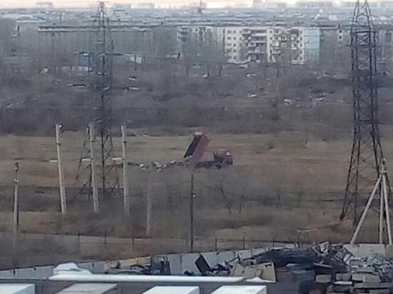 Грузовик вывалил кучу мусора на пустыре в Чите на Геодезической