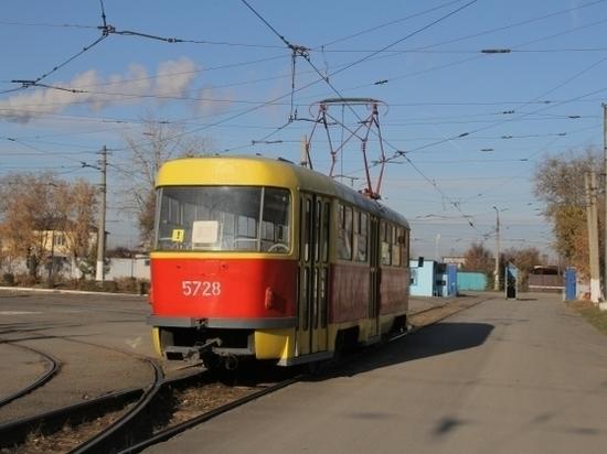 Иномарка на путях парализовала движение трамваев в Волгограде
