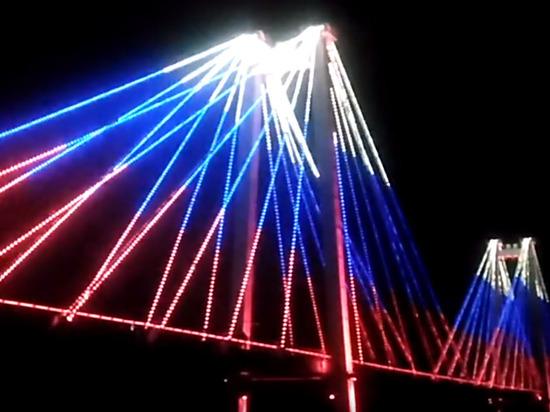 Красноярцам показали патриотичное световое шоу на вантовом мосту