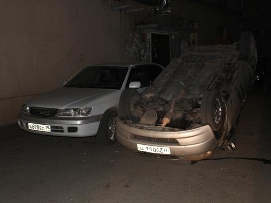 В одном из дворов Абакана автомобиль лежал на крыше