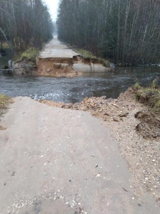 В Тверской области дорогу смыло потоком воды