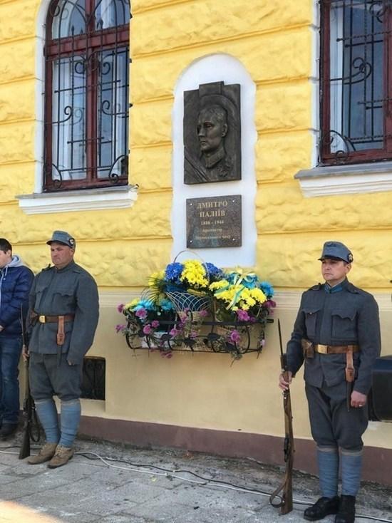 Памятник пособнику Гитлера торжественно открыт на Украине