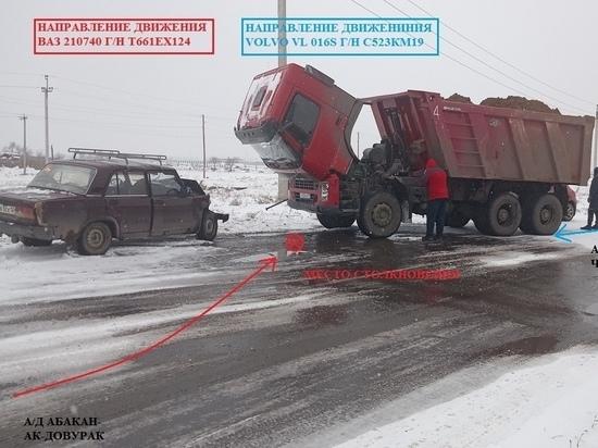 На трассе в Усть-Абаканском районе лоб в лоб столкнулись ВАЗ и Volvo