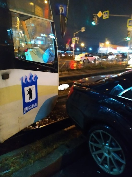 В Ярославле «гений парковки» остановил трамвайное движение