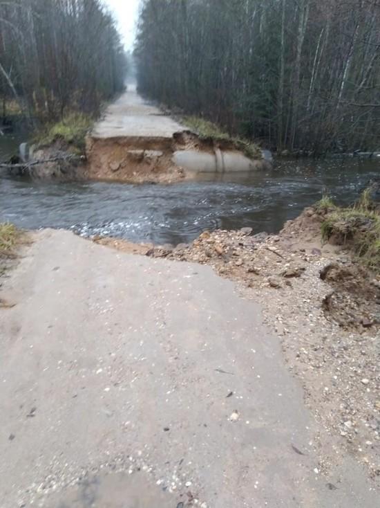 В Тверской области перекрыли дорогу, которую размыло водой