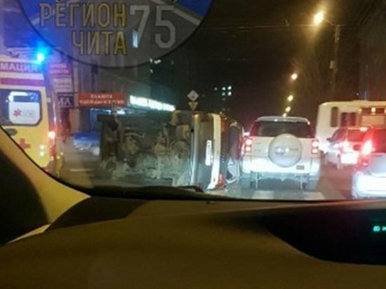 Иномарка опрокинулась на бок после столкновения в центре Читы