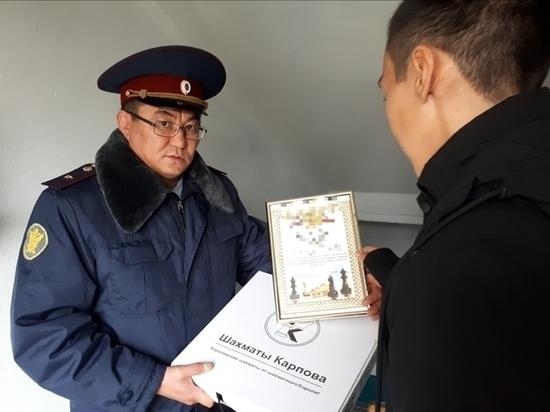 Осужденному из Калмыкии вручен подарок от Анатолия Карпова