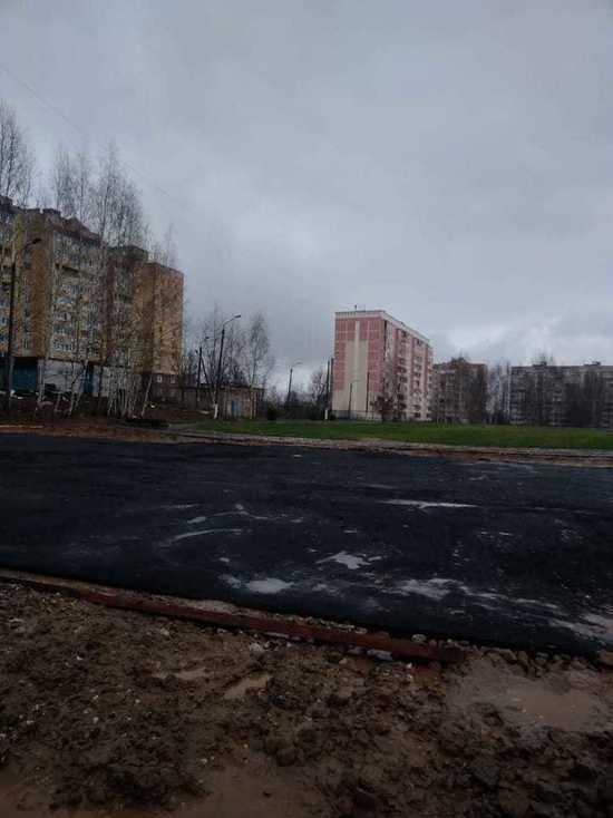 Подрядчик ответит рублем за качество асфальта, уложенного в лужи у строящейся школы в Костроме