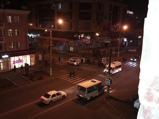 Водитель опрокинувшегося минивэна не пропустил Toyota в центре Читы