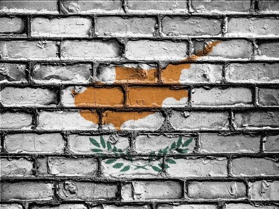 """Кипр начал отзывать """"золотые паспорта"""" иностранцев"""