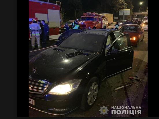 """В Киеве на крышу """"мерседеса"""" бросили взрывное устройство, есть жертвы"""