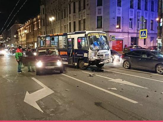 Маршрутка с пассажирами попала в аварию на Петроградке