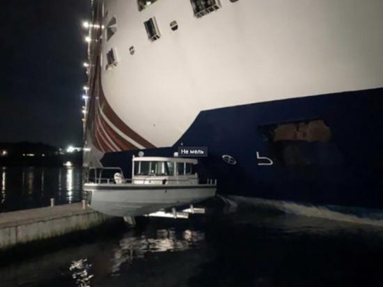 «Принцесса Анастасия» протаранила в Швеции причал и смяла рыбацкие лодки
