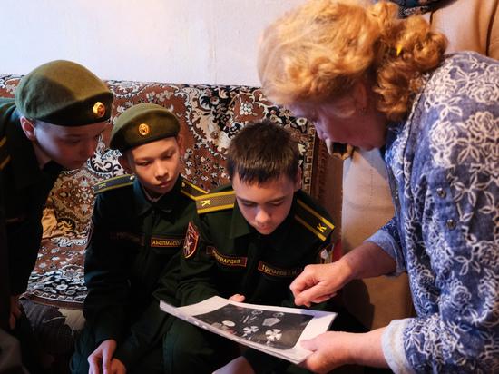 Кадеты Росгвардии в Курске навестили маму погибшего офицера СОБР