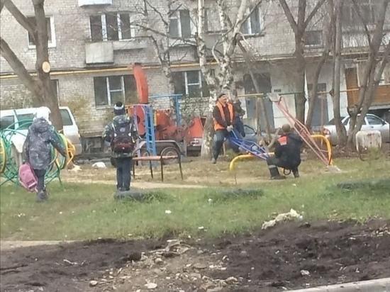 Бийские рабочие решили покачаться на детских качелях