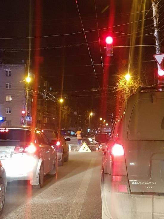 Отремонтированную дорогу в Калуге в очередной раз вскрыли