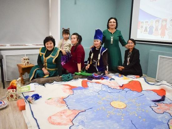 Уникальную трехметровую карту-ковер создали в Республике Алтай