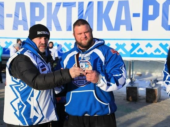 Исландский атлет тренируется в толстовке из Надыма