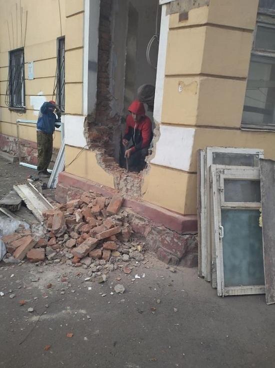 На Никитина бизнесмен против воли жителей пробил вход в фасаде старого здания