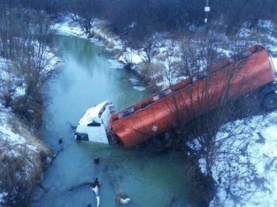 В Кривошеинском районе в реку Бровка въехал грузовик с газолином