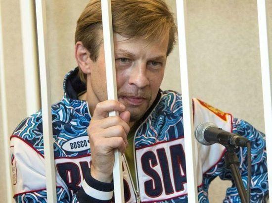 Евгений Урлашов в колонии читает и работает