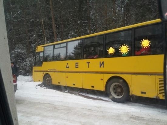 В Кирове автобус с детьми съехал в кювет