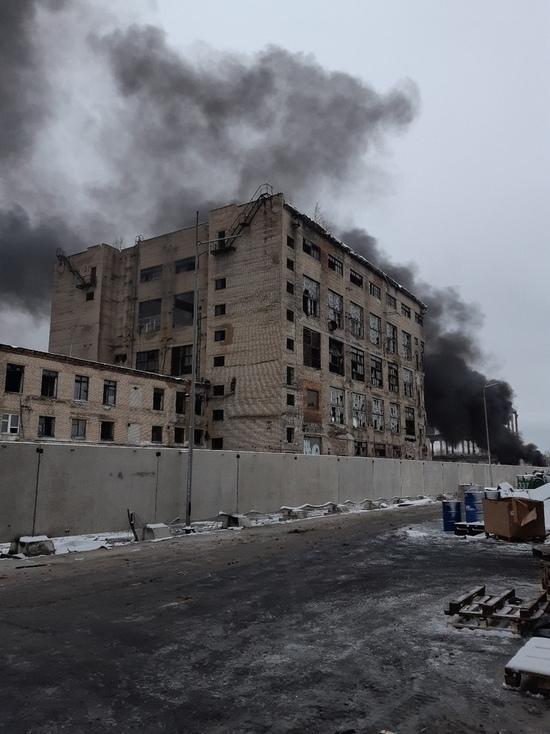 На территории промзоны в Ярославле возник мощный пожар