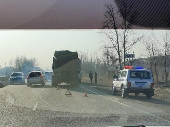 КамАЗ врезался в Nissan Terrano, которого буксировали по дороге в Чите
