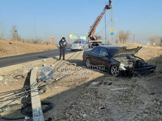 Водитель Toyota сбил опору освещения и сбежал в Чите