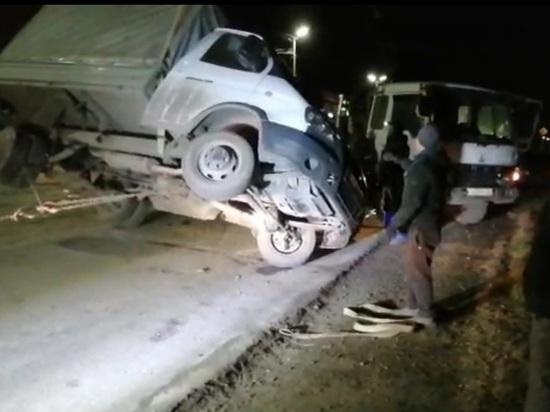 В Кузбассе опрокинулся грузовик, груженый лесом