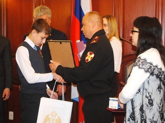 В Кирове представители Совета Федерации и Росгвардии наградили детей-героев.