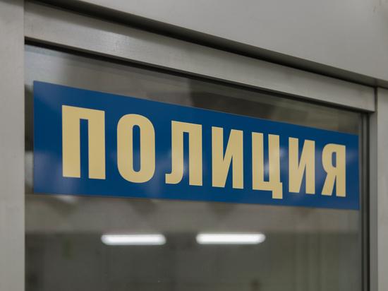 Полиция узнала об обрызганной кислотой двери жилого дома в Москве