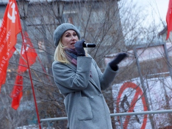 В Улан-Удэ хормейстер спела на митинге «Катюшу», на следующий день ее уволили