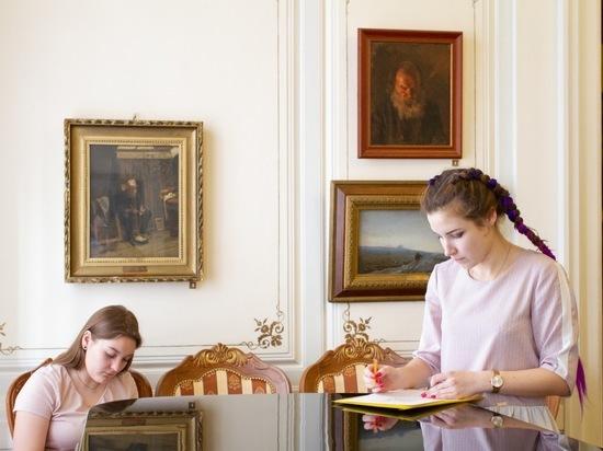 Молодые художники проходят практику в Серпуховском музее