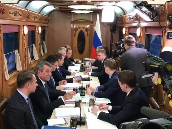 Появилось видео совещания Медведева с чиновниками в поезде