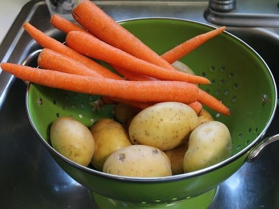 Диетологи объяснили, кому может навредить картофель и морковь