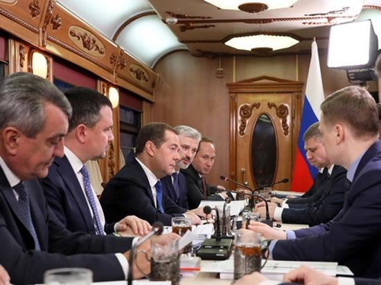 Медведев решил поправить рейтинг совещанием в идущем поезде