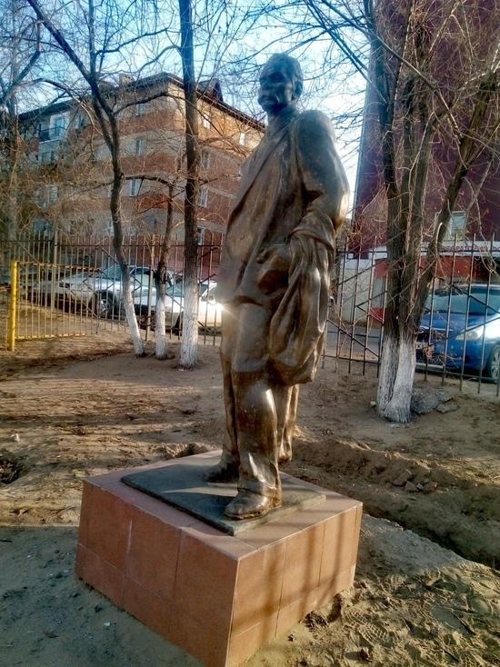 Коллектив школы №35 в Улан-Удэ приютил памятник Максиму Горькому