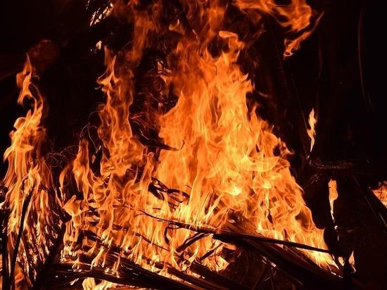 В Бурятии огонь с горевшей котельной перекинулся на жилой дом