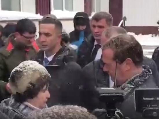 Жительница алтайского села упала на колени перед Медведевым: «Нет горячей воды»