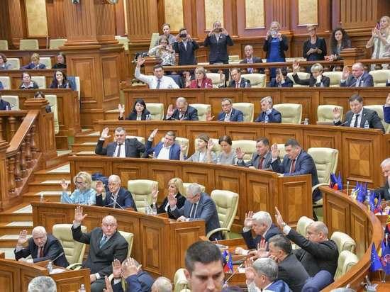 Парламент Молдовы отправил правительство Санду в отставку
