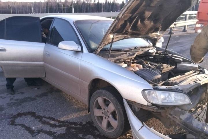 Иномарка влетела в отбойник в Калуге