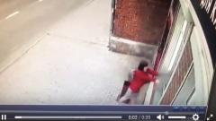 В Костроме жительница Екатеринбурга разбив витрину украла 5 дорогих кальянов