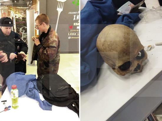 При входе в ТРЦ «Галерея Краснодар» задержали парня с черепом в рюкзаке