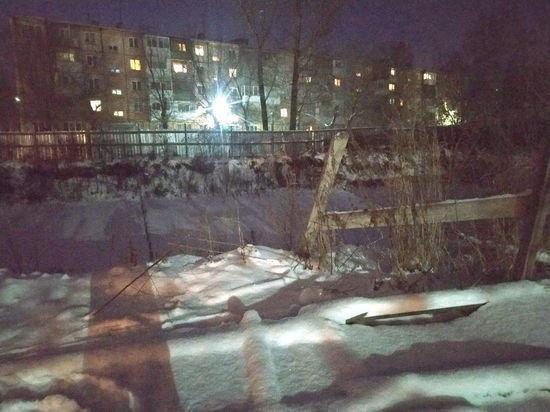 Большая яма без ограждения на пути к детсаду обеспокоила кемеровчан