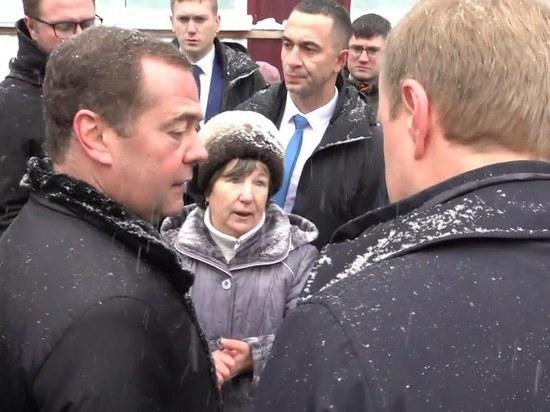Упавшая на колени перед Медведевым пенсионерка недовольна 25 миллионами рублей