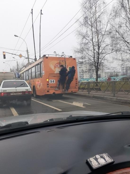 В Ярославле подростки катались «на колбасе» троллейбуса